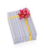 Heldere feestelijke cadeau geïsoleerd op wit — Stockfoto