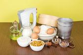 Melk, zure room, meel, rozijnen en specerijen voor een pasen cake, op een gele achtergrond — Stockfoto