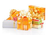 Noël, boîtes-cadeaux colorés isolés sur blanc — Photo