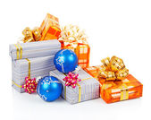Heldere kerstcadeaus en blauwe ballen geïsoleerd op wit — Stockfoto