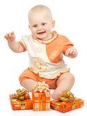 Glimlachende baby met geschenken geïsoleerd op wit — Stockfoto