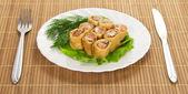 三文鱼和沙拉,餐具上竹餐巾上白色隔离煎饼 — 图库照片