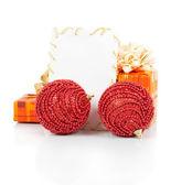 圣诞贺卡、 节日礼品、 孤立在白纸上的红球 — 图库照片