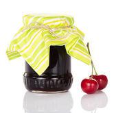 ジャムの瓶と甘いチェリーの赤い果実 — ストック写真