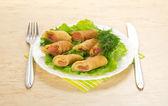 与三文鱼和沙拉、 餐具、 多彩餐巾桌上煎饼 — 图库照片