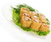 Frittelle con il salmone e insalata, isolato su bianco — Foto Stock