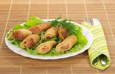 三文鱼和沙拉,餐具上竹餐巾煎饼 — 图库照片