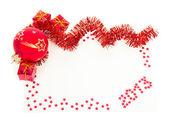 快乐新的一年 2013 红色贺卡与红色金属丝、 球、 礼品盒隔离在白色 — 图库照片