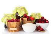 Marmellata, lampone e fragola in secchi, ciliegie e zucchero nelle tazze e bacche in un cucchiaio — Foto Stock