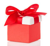 Caja de regalo roja y brillante cubierta con un lazo — Foto de Stock