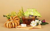 Tazza di tè, zucchero, bagel, un tiglio, un gelsomino e un tovagliolo — Foto Stock