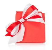 Scatola regalo e l'affascinante arco rosso e bianco, isolato su bianco — Foto Stock