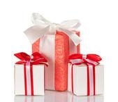 Caja rosada y dos cajas blancas con regalos aislados en blanco — Foto de Stock