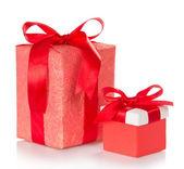 Dos cajas con regalos, atadas con cintas escarlatas — Foto de Stock