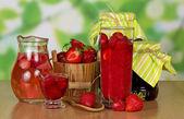 Maduro morango perfumado, uma bebida no jarro e um congestionamento no banco em uma tabela — Foto Stock