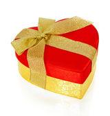 Heldere rode giftdoos in de vorm van hart met lint geïsoleerd op witte en gouden boog — Stockfoto