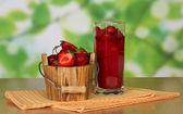 Secchio in legno con fragola, un bicchiere con fragola e tovaglioli su un tavolo — Foto Stock
