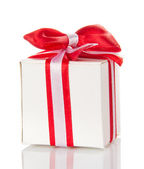 Affascinante scatola regalo bianca con un nastro a strisce e il fiocco rosso — Foto Stock