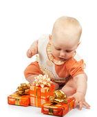小小孩与孤立在白色的礼物 — 图库照片