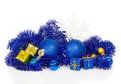 Kleurrijke kerstmis decoratie, blauwe klatergoud, sneeuwvlokken geïsoleerd op wit — Stockfoto