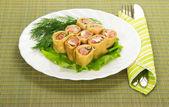 Crêpes au saumon et salade, couverts sur la serviette de table vert — Photo