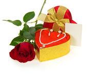 Náhrdelník a náušnice zlaté krabičky s scarlet rose a karta k blahopřání izolovaných na bílém — Stock fotografie