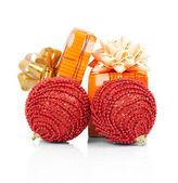 红球和孤立在白色的节日礼物 — 图库照片