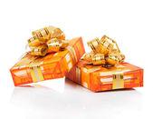 Coffrets-cadeaux de noël avec le ruban d'or isolé sur blanc — Photo