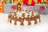Sváteční koláč a je hodně okouzlující dárků — Stock fotografie
