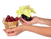 甜樱桃的在另一个女的手和果酱银行 — 图库照片