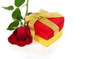 Scatola regalo rosso luminoso a forma di cuore con fiocco oro e rosa isolato su bianco — Foto Stock