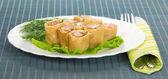 Pannenkoeken met zalm en salade op bamboe servet — Stockfoto