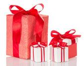 Cajas rojas y blancas con una sorpresa, cintas atadas — Foto de Stock