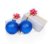 蓝色圣诞玩具和节日礼品上白色隔离 — 图库照片