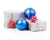 Geschenkdozen met blauwe ballen geïsoleerd op wit en roze boog — Stockfoto