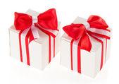 два белых коробках с красный бант и ленты, изолированные на белом — Стоковое фото