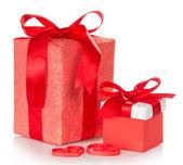 две коробки с подарками, перевязанный алые ленточки и бумажные сердца, изолированные на белом — Стоковое фото