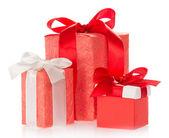 три подарочные коробки, украшенные лентой и бантом, изолированные на белом — Стоковое фото