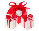 красная подарочная коробка и два белые коробки с ярким бантом, изолированные на белом — Стоковое фото