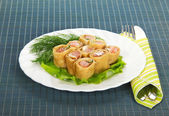 блинчики с лососем и салатом, столовые приборы на синей салфетке — Стоковое фото