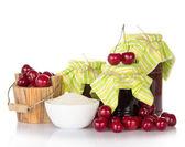 Frascos de mermelada, taza con azúcar, un cubo de madera con cerezas — Foto de Stock