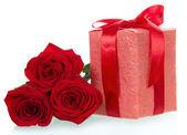 Geschenk und drei rote erhob schließen sich — Stockfoto