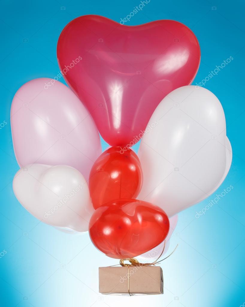 心形气球和礼品盒上白色孤立– 图库图片