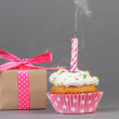 Cupcake with gift box — Stock Photo #49936805