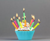 Cupcake with colorful candles — Stockfoto
