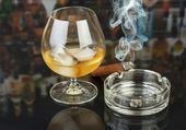 Whiskey and smoking cigar — Stock Photo
