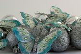 Mariposas con bolas de navidad — Foto de Stock