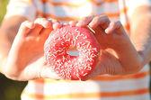 ピンクの艶をかけられたドーナツ — ストック写真