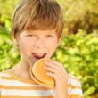 Child eating hamburger — Stock Photo
