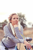 Woman leaning on the bicycle outdoors — Foto de Stock